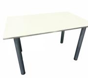 mesas y sillas blancas
